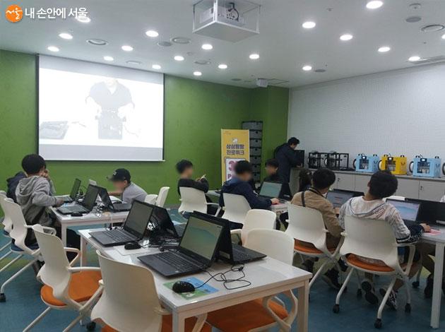 '상상팡팡 메이커 진로체험'에 참여 중인 학생들