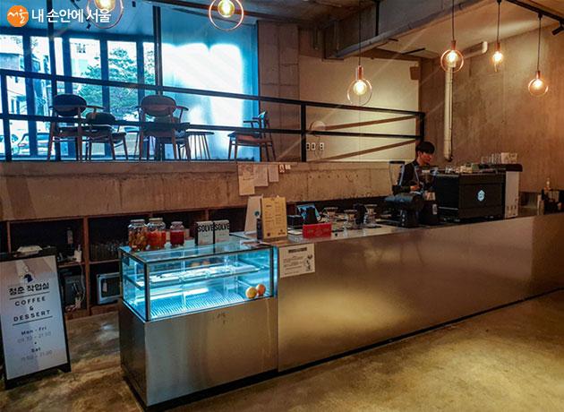 알파라운드 지하 1층에 위치한 '청춘작업실' 카페