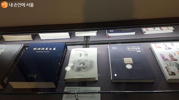 만오홍진전집, 임시의정원 등 귀중한 도서들이 전시되어 있다