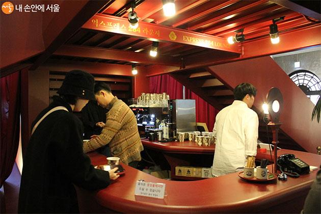 방문객들은 선착순으로 무료로 커피와 베이커리를 맛볼 수 있다