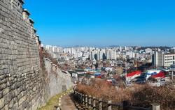 성곽에 오르면 서울 시내가 한 눈에 내려다 보인다