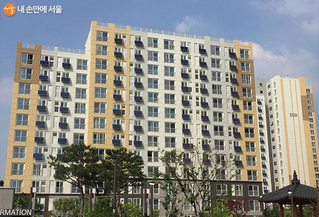 베란다형 미니발전소가 설치된 아파트 외벽