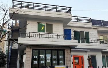 서계동의 도시 재생 거점 시설인 '감나무집'
