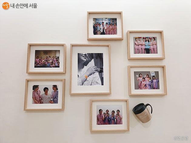 서남병원의 환자들과 의료진들의 모습이 담긴 사진액자