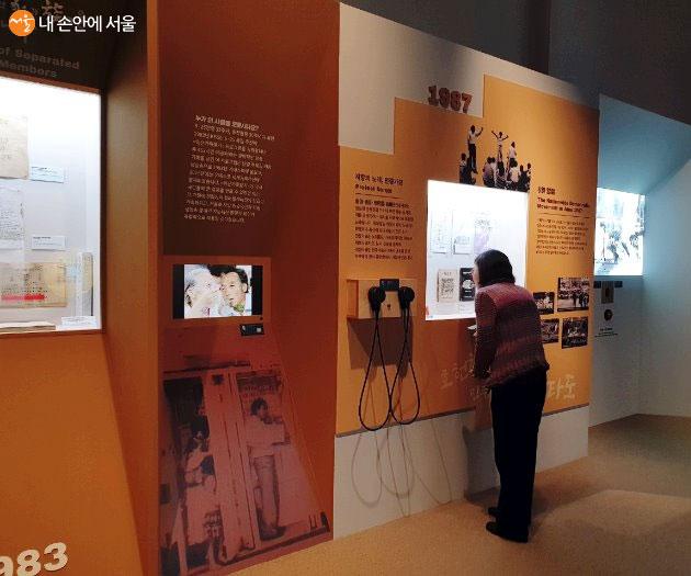 '소리, 역사를 담다' 전시를 구경하고 있는 시민의 모습