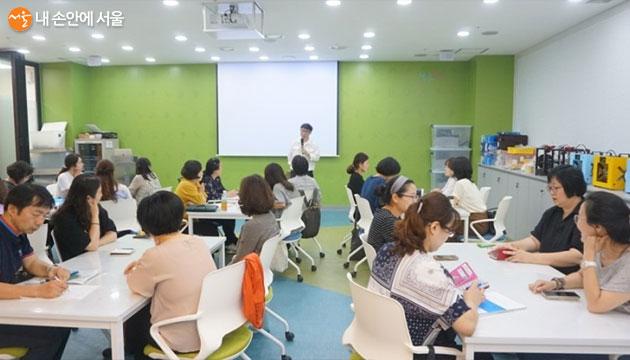 학부모로 구성된 '학부모교육지원단'이 학생들의 진로설계에 도움을 주고 있다.