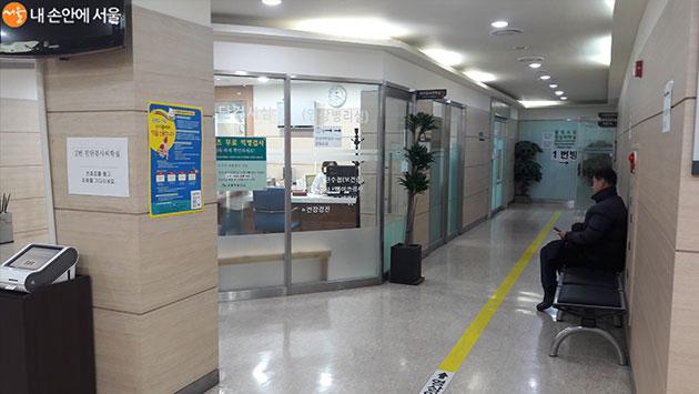 2층 임상병리실 앞에서 검진을 위해 대기중인 시민의 모습