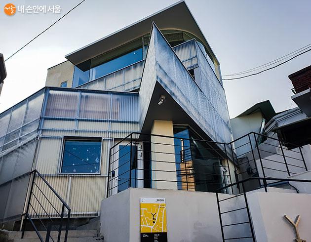 청파언덕에 올라가면 가장 먼저 만나볼 수 있는 청파언덕집