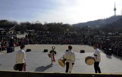 남산골한옥마을 설 맞이 공연을 관람하는 시민들