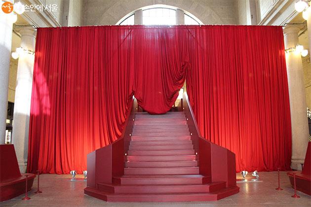 붉은 색의 커다란 커튼으로 호텔 라운지 느낌을 살렸다