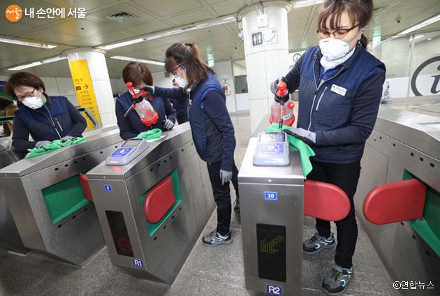 지하철 역에서 신종 코로나바이러스감염증 방역작업을 실시하고 있다