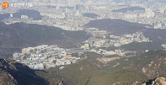 관악산 정상에서 내려다본 서울대학 캠퍼스 전경