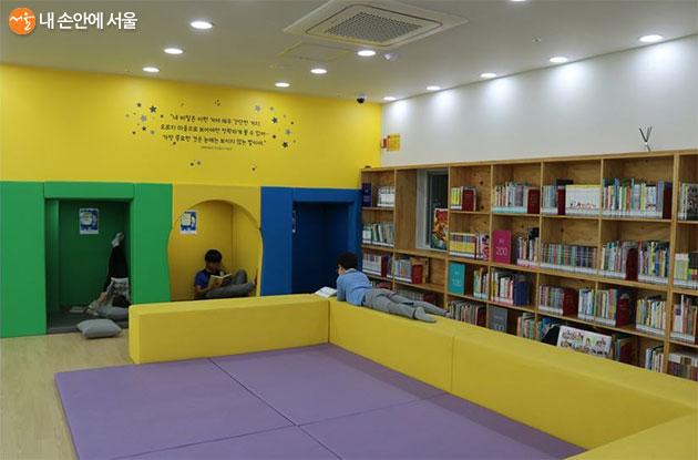 키움센터 윗층의 어린이도서관 모습