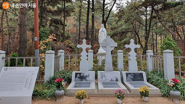 관악산 삼성산 순교성지에 안장된 순교자 3인과 성모 마리아상