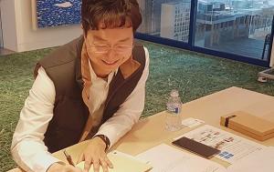 포즈를 취하고 있는 유현준 서울시 홍보대사