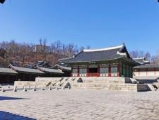 일제강점기 일본 사찰에 팔리는 수모를 당하고 우여곡절 끝에 현재의 모습으로 새로 복원된 경희궁 숭정전 모습