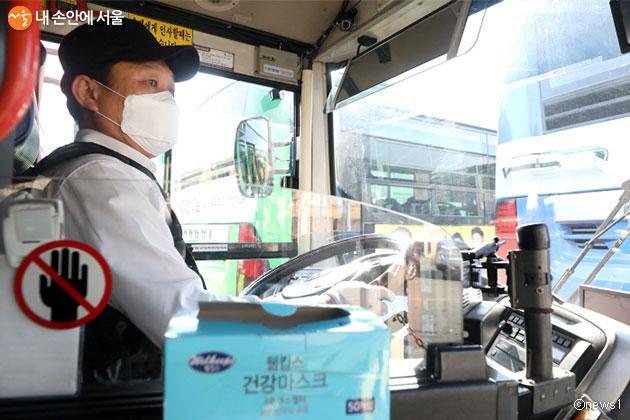 버스기사가 마스크를 쓴 채 운행하고 있다
