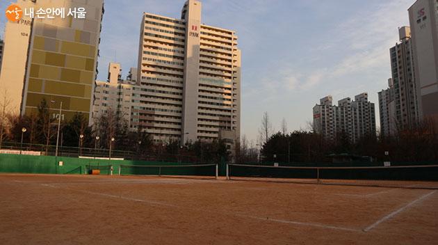 3면의 게임장을 갖춘 야외 테니스장