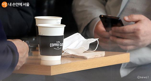 커피전문점 등 식품접객업에 대해 일회용컵 사용을 한시적 허용한다