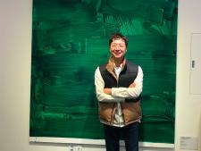 유현준 서울홍보대사가 유현준건축사사무소에서 환한 미소를 짓고 있다