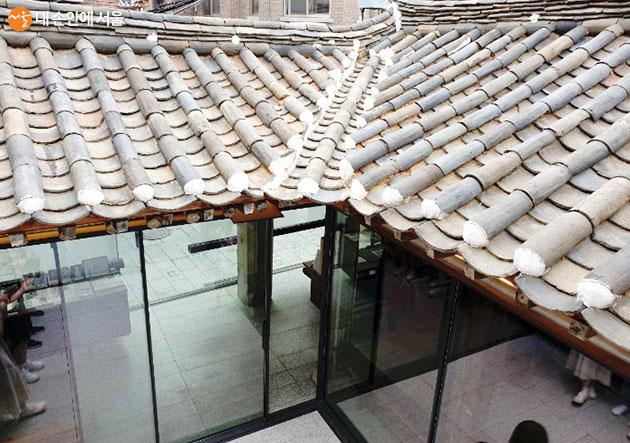 발코니에서 바라보는 한옥의 지붕과 중정의 모습