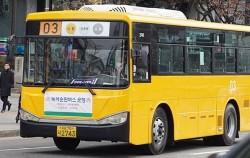 도심을 달리는 노란색 녹색순환버스