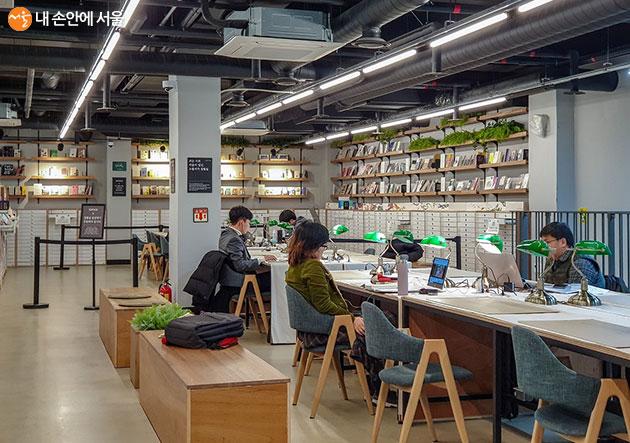 2층에 위치한 집필실의 모습, 시민들에게 자유롭게 개방되어 있다