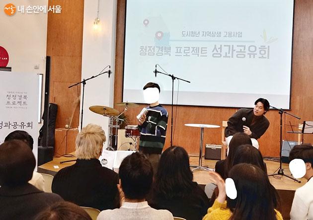 청정경북 프로젝트에 관한 문제를 맞히고 경품을 받아 가는 청년
