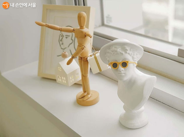 석고상의 안경과 관절인형이 들고 있는 것들이 모두 페이퍼 아트 작품이다