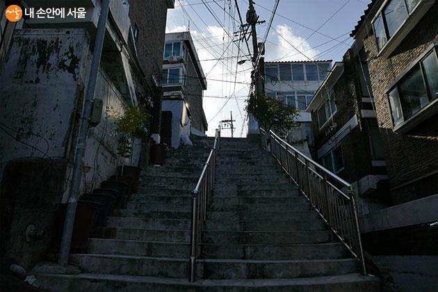 기택 동네 계단(박 사장의 집으로 향하는 계단) : 서울 마포구 손기정로 6길