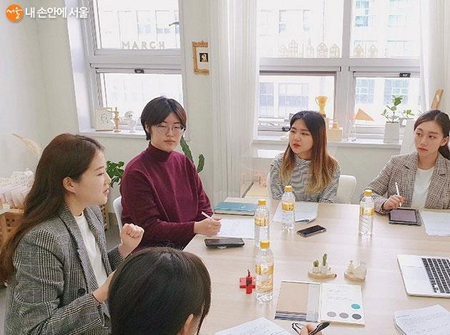 김예은 작가(좌)와 인터뷰어들의 열정적인 인터뷰 현장