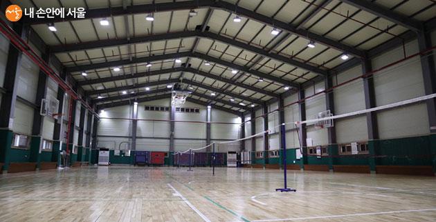 배드민턴, 농구, 탁구까지 즐길 수 있는 다목적체육관