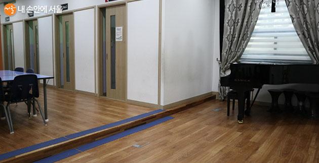 이문체육문화센터에서는 피아노 강습까지 이루어진다