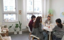김예은 페이퍼 아티스트와 서울시 청소년 기자단이 인터뷰를 하고 있다.