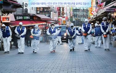 남대문시장에서 서울시 소상공인정책담당관과 한국방역협회 서울지사 봉사단원들이 신종 코로나바이러스 감염증 확산을 방지하기 위한 방역 작업을 하고 있다.