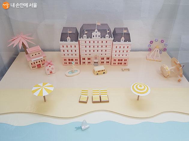 영화 속 부다페스트 호텔에서 영감을 받아 만든 작품이다.