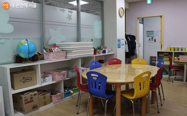 놀이기구가 갖춰진 우리동네키움센터 교실 모습