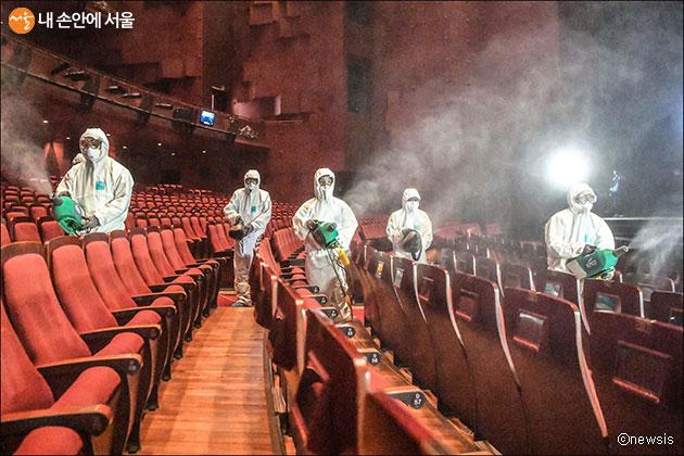 서울시는 2월부터 대학로 소극장, 문화시설에 매주 1회 방역소독을 실시한다. 사진은 세종문화회관 방역 작업