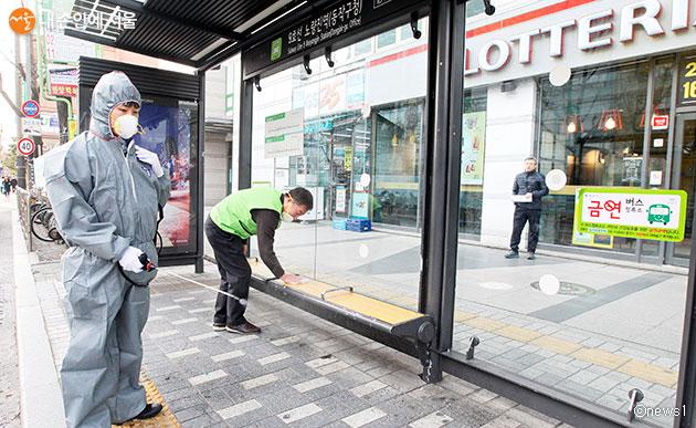 버스정류소 승차대의 의자, 디지털노선도, 정보판 등을 방역소독한다
