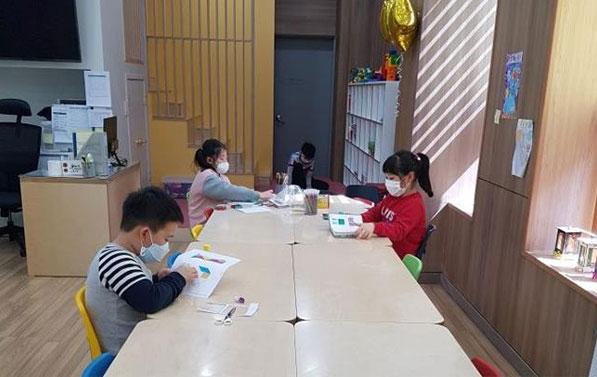 중구에 위치한 '모든아이 손기정센터'에서 일정한 거리를 두고 개인학습하고 있는 아이들
