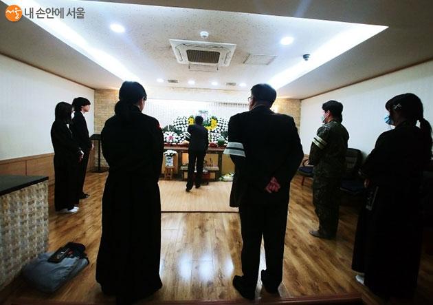 13명의 직계가족만 참여한 장례식장 모습