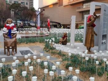 1. 흰 장미가 드넓게 핀 왕십리 광장에 성동 평화의 소녀상 기림비가 세워졌다.