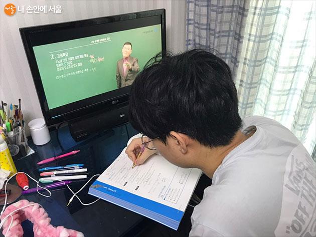 인터넷 강의를 들으며 공부중인 고등학생 동생의 모습