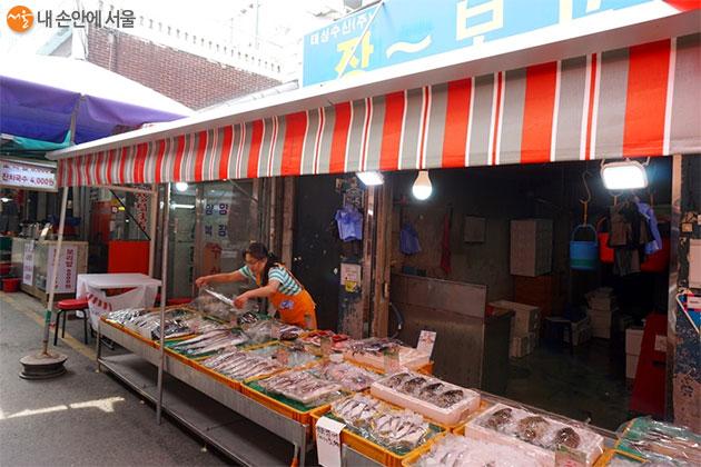 전통시장에서 싱싱한 생선을 사던 기억이 아득하다
