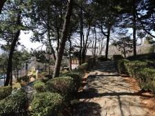 돌길 따라 낄끔히 정돈되어 있는 사육신공원 묘역