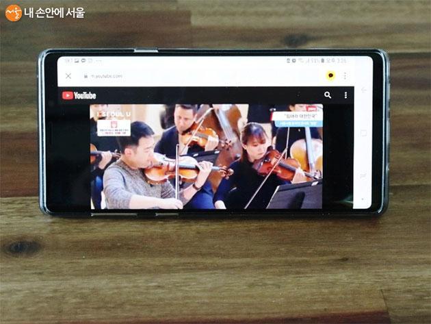모바일로 감상하는 서울시향의 베토벤 교향곡 영웅 연주 모습