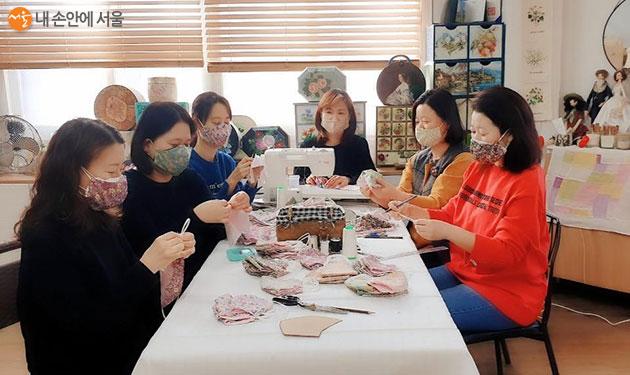 서울 마을공동체가 천마스크 제작, 나눔 등 코로나19 위기극복에 동참했다. 사진은 천마스크를 만들고 있는 마을예술창작소 '세바퀴' 주민들
