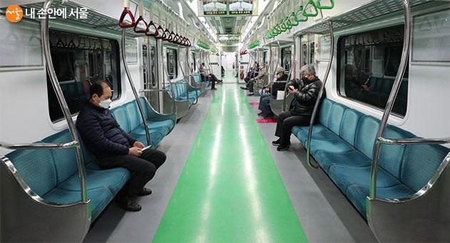 코로나19로 인해 이용승객이 많이 줄어든 지하철 객실