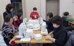 성북동 주민자치회가 사랑의 면마스크를 만들어 나눔을 하고 있다