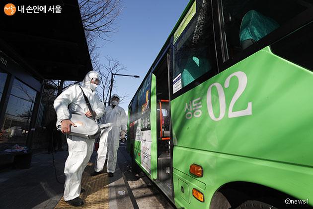 코로나19 확산 방지를 위해 1일 4~6회 시내‧마을버스 방역소독이 실시되고 있다